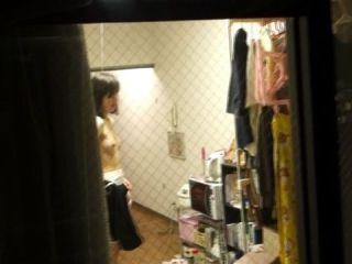 ※ 危 険 ! ※ こんなにも覗かれる窓際wwww女の子の私生活がまる見えの民家隠し撮りwwww
