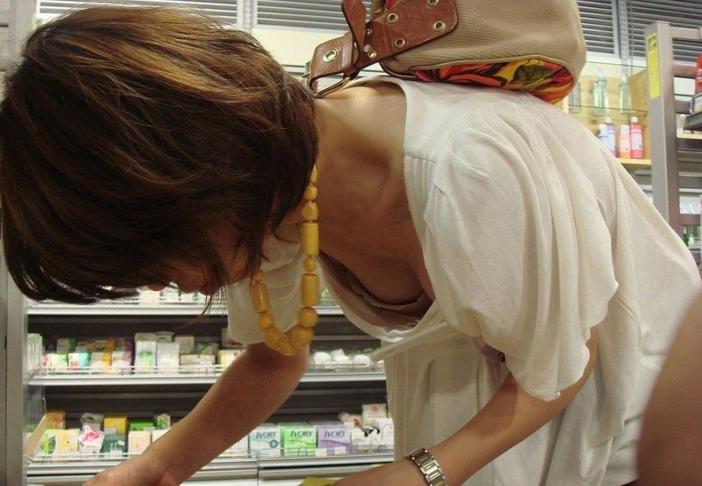【胸チラエロ画像】貧乳娘が前屈みになった胸チラ…こんなん誰でもガン見するわwwww その1