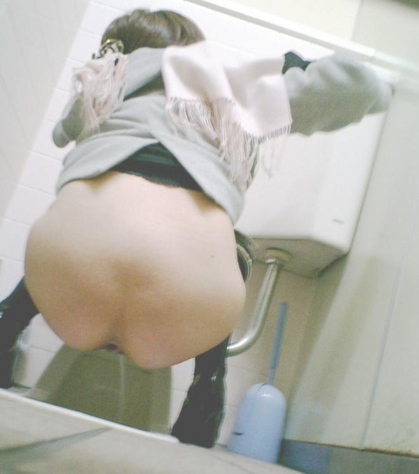 【和式トイレ盗撮エロ画像】和式トイレで放尿中のお姉さん…無防備なまる出しの尻がエロ過ぎるwww その1