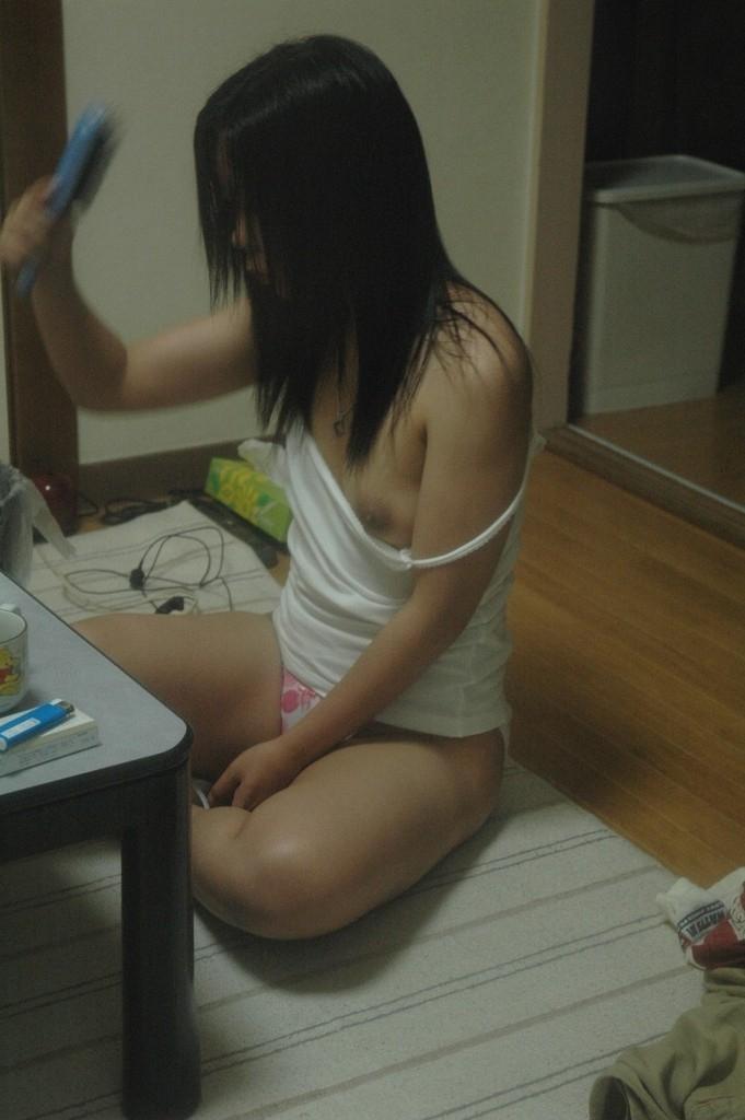 【家庭内盗撮エロ画像】自宅でだらしなく過ごすリア充の彼女や嫁さんの半裸姿が尋常じゃなくエロいンゴwwww その6