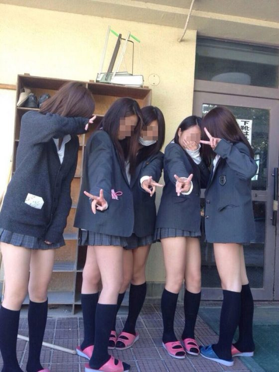 【ミニスカJK美脚エロ画像】いつの時代もどんな季節も短い女子高生のスカート!こんな素足舐めてみてーwwww その6