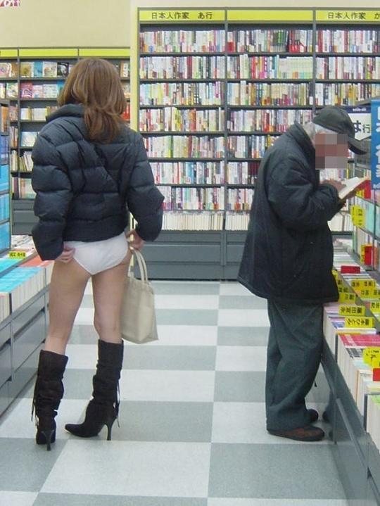 【パンツまる出しエロ画像】ちょwスカート履き忘れ!?タダの露出狂だった着衣なのにスカート履いてない痴女が興奮するwww その4