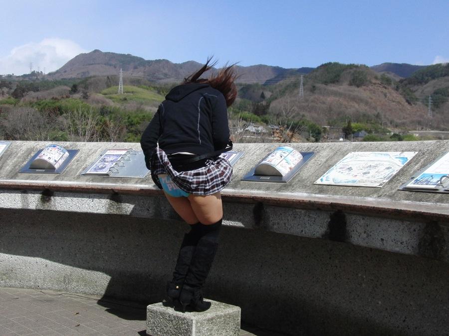【風パンチラエロ画像】豪快に捲れたなぁwww突然の風でパンツまる見えになったパンモロ娘! その9