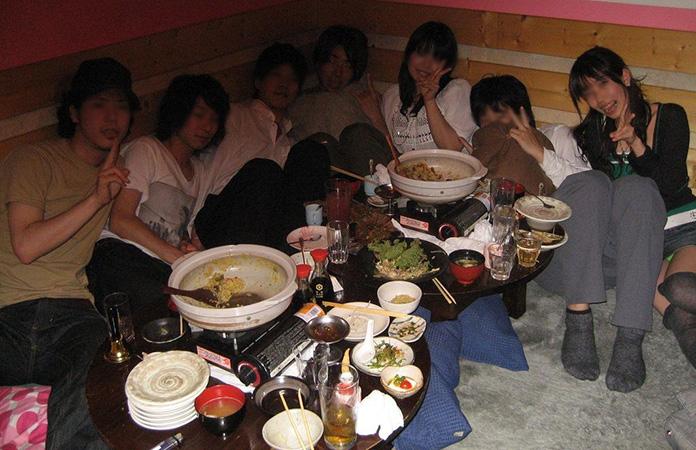 【飲み会パンチラエロ画像】新年会シーズンの居酒屋店員はリア充女子のパンチラ見放題wwwww その3
