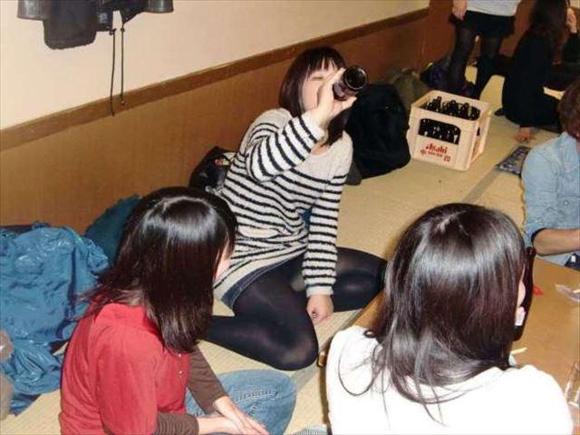 【飲み会パンチラエロ画像】新年会シーズンの居酒屋店員はリア充女子のパンチラ見放題wwwww その14