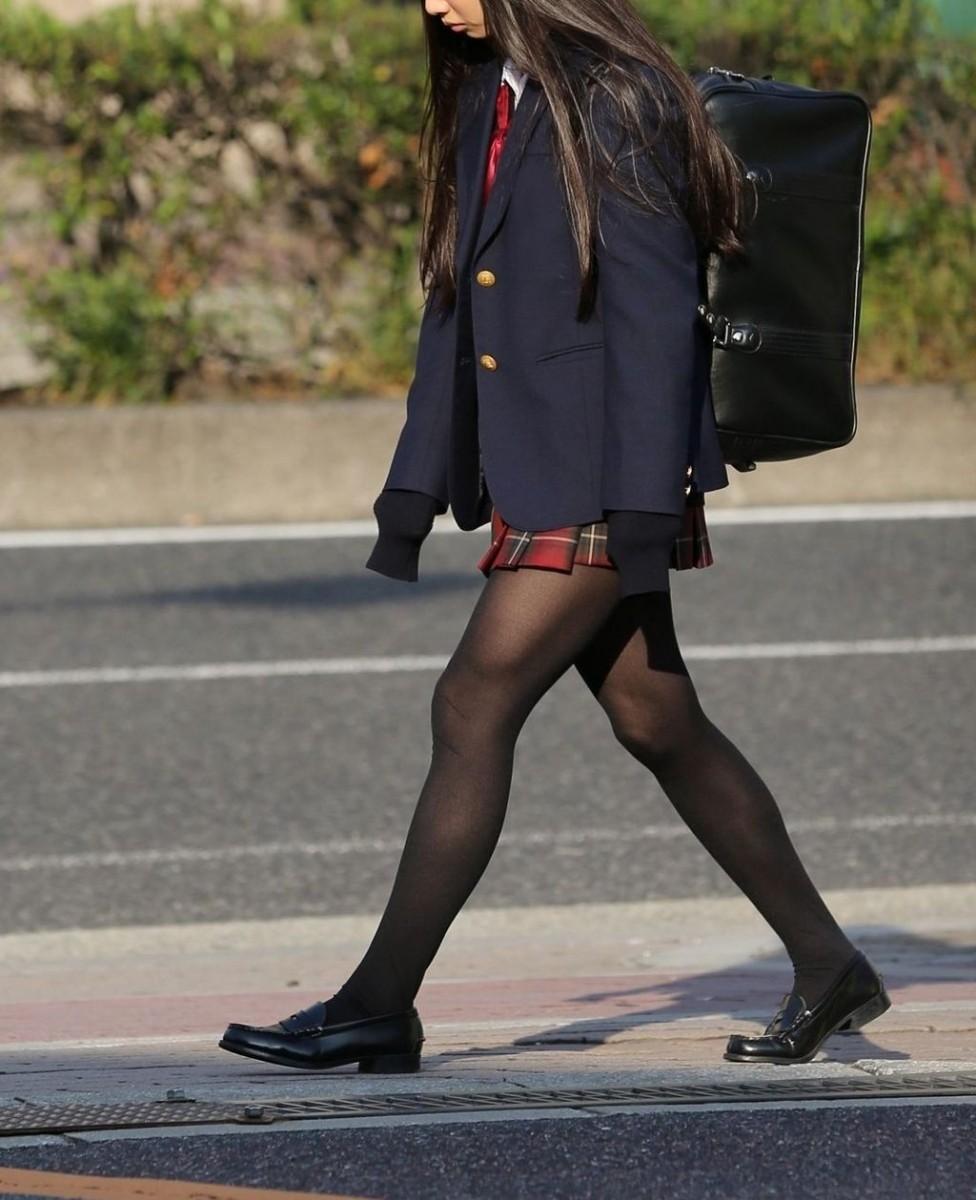 【黒タイツJKエロ画像】生脚もいいけど女子高生の黒タイツもそそるよなwww思わず勃起しそうになる街撮り画像 その15