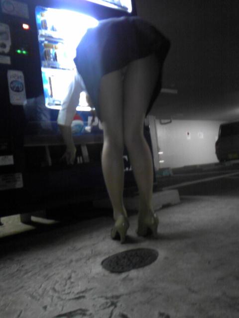 【自販機パンチラエロ画像】ガン見不可避wwwまさに無防備!ミニスカートなのに自販機でジュースを買うとこうなるwwwww その2