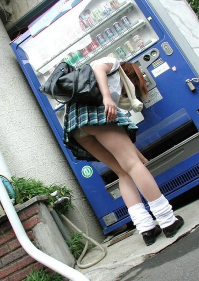 【自販機パンチラエロ画像】ガン見不可避wwwまさに無防備!ミニスカートなのに自販機でジュースを買うとこうなるwwwww その5