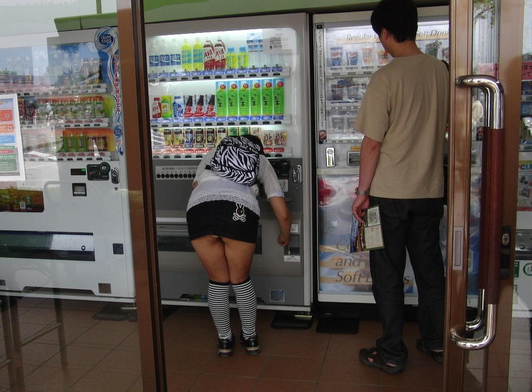 【自販機パンチラエロ画像】ガン見不可避wwwまさに無防備!ミニスカートなのに自販機でジュースを買うとこうなるwwwww その14