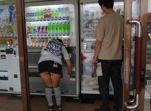 ガン見不可避wwwまさに無防備!ミニスカートなのに自販機でジュースを買うとこうなるwwwww