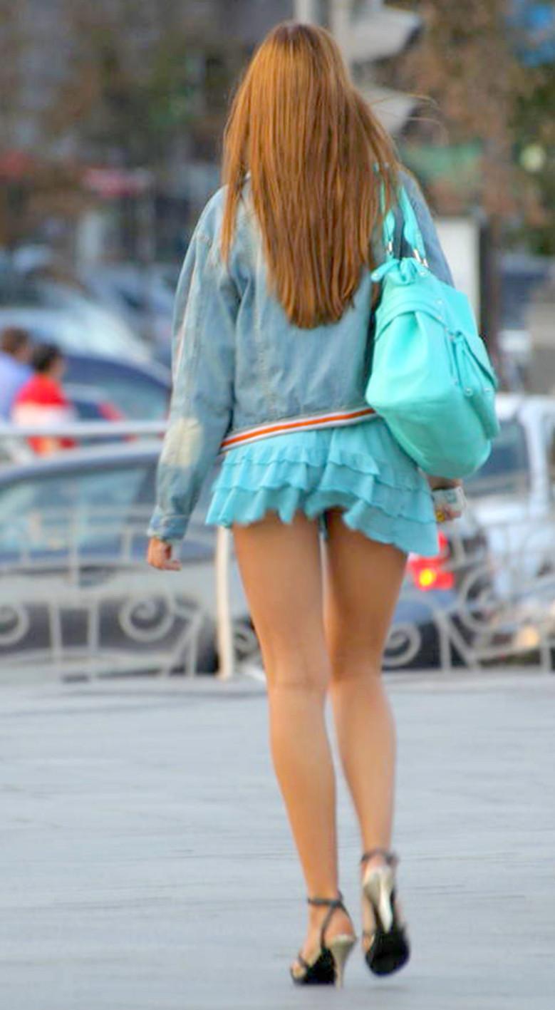 【街撮りミニスカエロ画像】すげーミニスカwww頭のねじが2~3本ぶっ飛んだ超ミニからはみ出す美脚がたまらんwwww その3