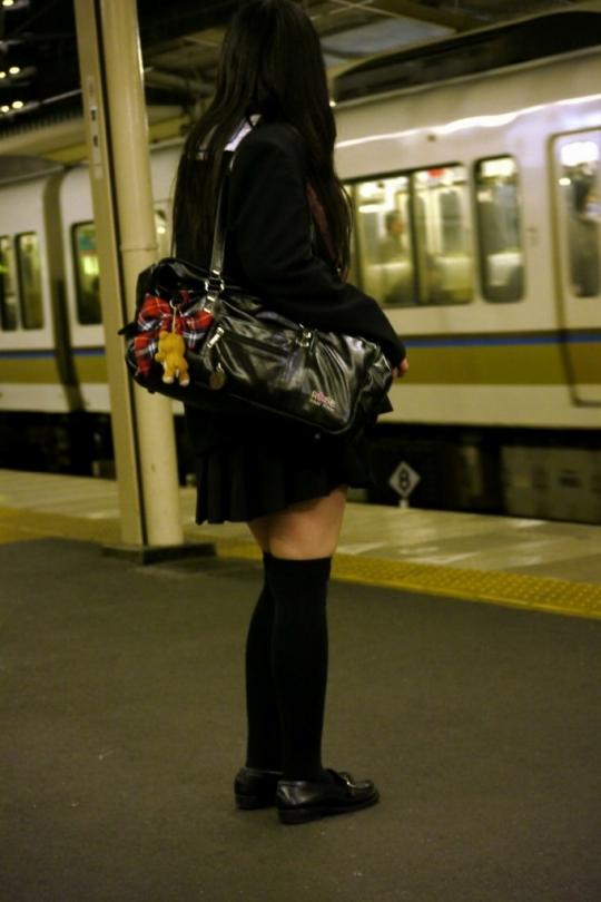 【ニーソJKエロ画像】冬服の女子高生とニーソ…その隙間から覗くむっちり太ももがぐぅエロwwww その2