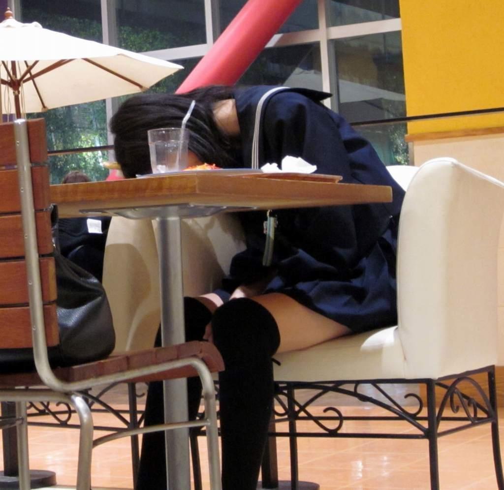 【ニーソJKエロ画像】冬服の女子高生とニーソ…その隙間から覗くむっちり太ももがぐぅエロwwww その5