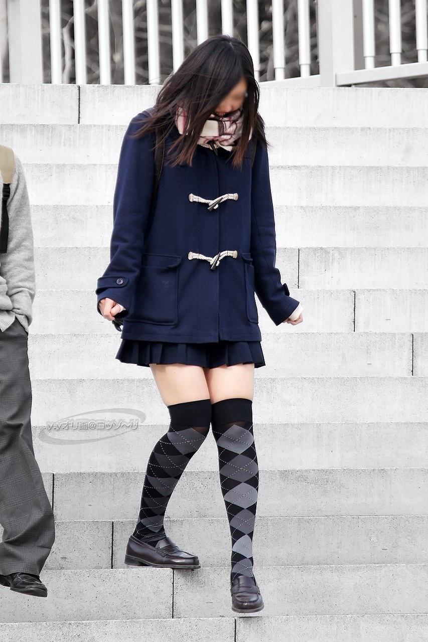 【ニーソJKエロ画像】冬服の女子高生とニーソ…その隙間から覗くむっちり太ももがぐぅエロwwww その9