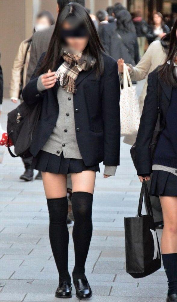 【ニーソJKエロ画像】冬服の女子高生とニーソ…その隙間から覗くむっちり太ももがぐぅエロwwww その11