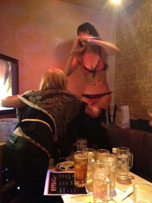 【女子会エロ画像】破廉恥極まりないリア充の女子会がコレ…酔っぱらった素人娘のおふざけエロ画像が酷すぎるwww その9
