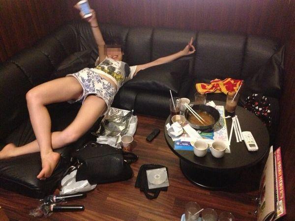 【女子会エロ画像】破廉恥極まりないリア充の女子会がコレ…酔っぱらった素人娘のおふざけエロ画像が酷すぎるwww その13