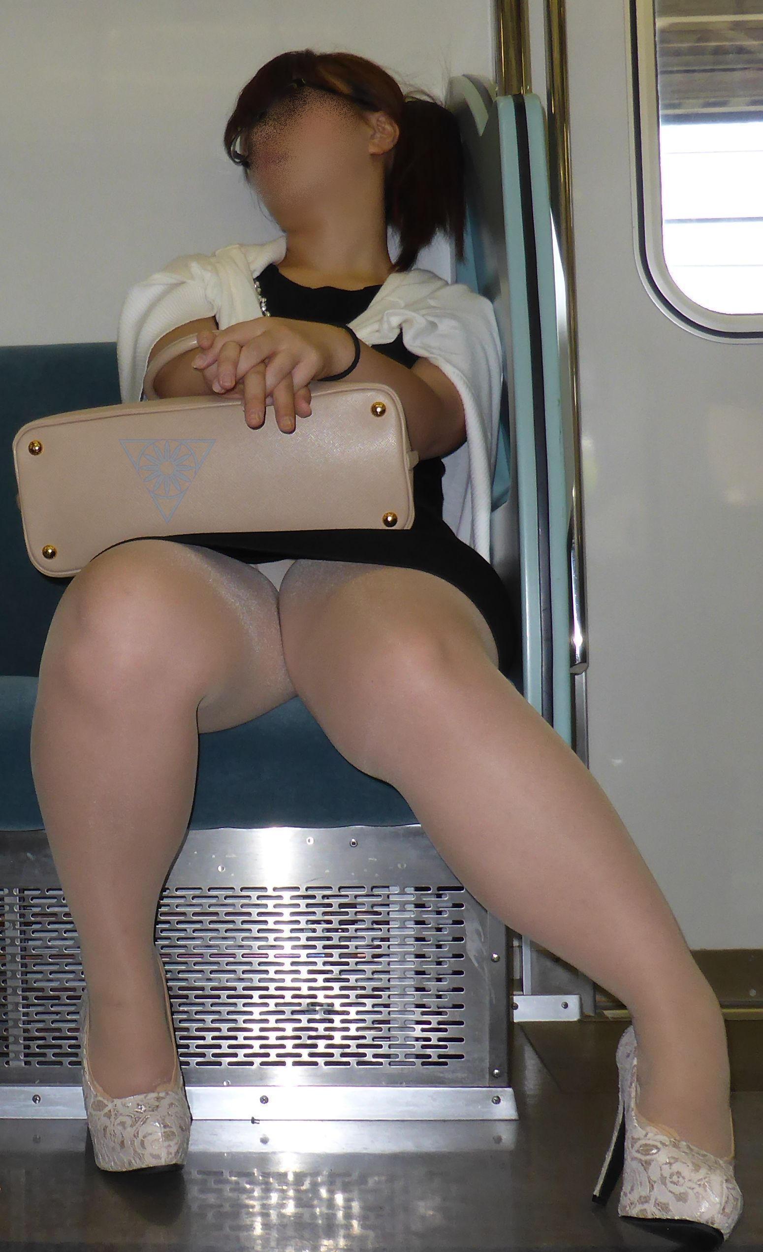【電車内盗撮エロ画像】電車に座ったお姉さんの股間の秘部を大胆に覗いた電車内隠し撮り画像 その2