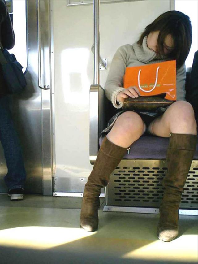 【電車内盗撮エロ画像】電車に座ったお姉さんの股間の秘部を大胆に覗いた電車内隠し撮り画像 その3