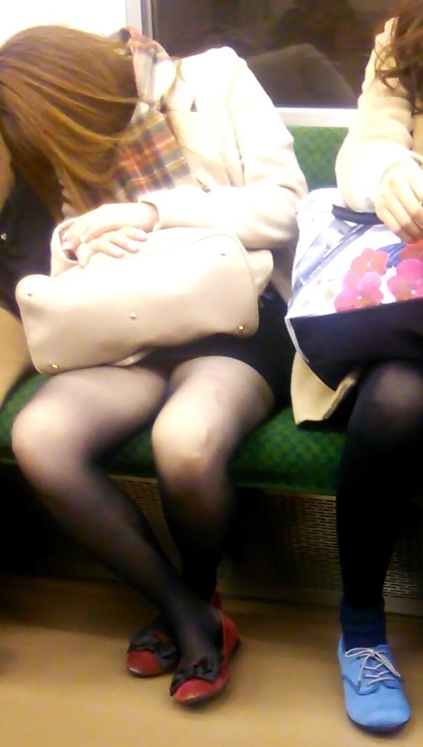 【電車内盗撮エロ画像】電車に座ったお姉さんの股間の秘部を大胆に覗いた電車内隠し撮り画像 その4