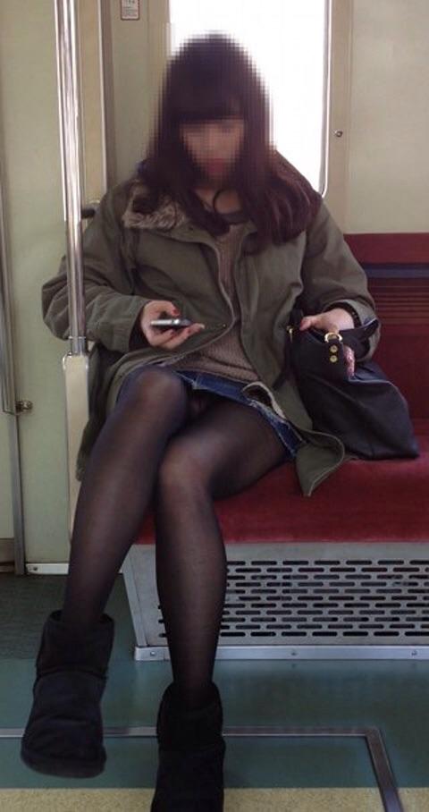 【電車内盗撮エロ画像】電車に座ったお姉さんの股間の秘部を大胆に覗いた電車内隠し撮り画像 その14