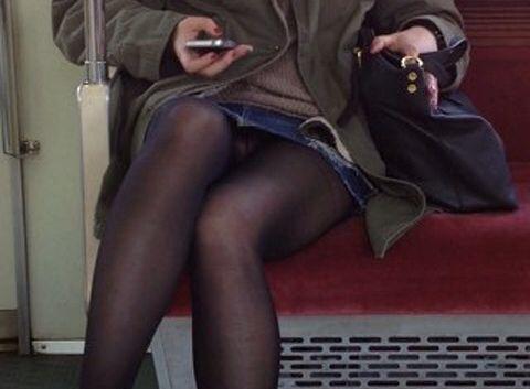 電車に座ったお姉さんの股間の秘部を大胆に覗いた電車内隠し撮り画像