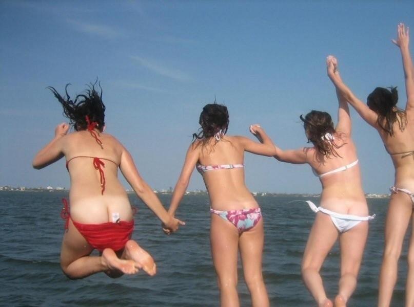 【水着ギャルおふざけエロ画像】リア充ギャルの発情期www夏が待ちきれなくなる水着のおふざけエロ画像 その6