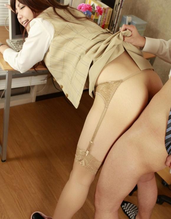 【着衣SEXエロ画像】着衣のままスカートだけ捲ってチンポをズドンッ!お気軽なのに興奮する着衣SEX その10