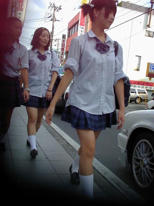 【街撮りJKエロ画像】ぐぅ~~なんだよ、このスカートwwwレイプされても文句言えない女子高生のミニスカ…太ももがエロ過ぎんだろwww その13