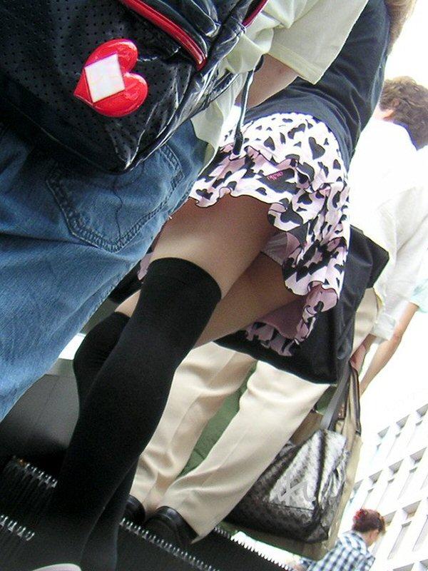 【ミニスカローアングルエロ画像】この角度が興奮するwwwwプロが撮ったミニスカ娘のローアングルパンチラ! その2