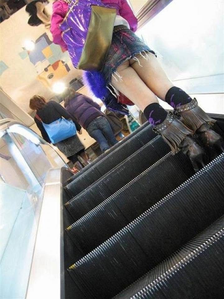 【ミニスカローアングルエロ画像】この角度が興奮するwwwwプロが撮ったミニスカ娘のローアングルパンチラ! その10