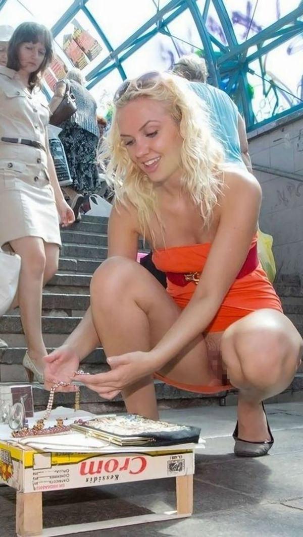 【海外ノーパンエロ画像】外国人の女性は大勢の人前でマンコ見せるのって平気なのか!?ノーパン娘が多すぎだろwww その2