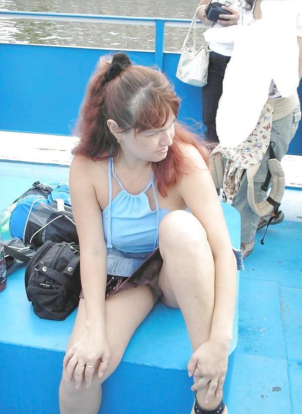 【海外ノーパンエロ画像】外国人の女性は大勢の人前でマンコ見せるのって平気なのか!?ノーパン娘が多すぎだろwww その13
