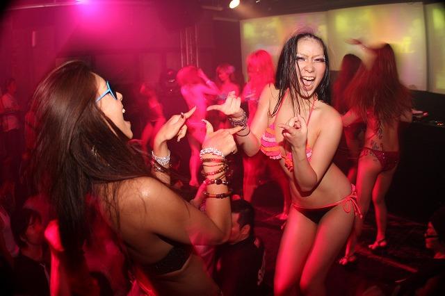 【クラブエロ画像】ビッチなギャルが水着で踊り狂うクラブのイベント…激しすぎてポロリしそうwwww その8