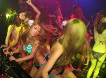 ビッチなギャルが水着で踊り狂うクラブのイベント…激しすぎてぽろりしそうwwww