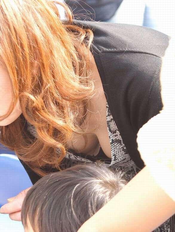 【子連れママ胸チラエロ画像】子育てに奮闘する奥さんのおっぱいがエロォォォ!こんなおっぱい吸いてーよなwwww その2