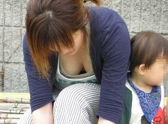 子育てに奮闘する奥さんのお乳がえろォォォ☆こんなお乳吸いてーよなwwwwwwww