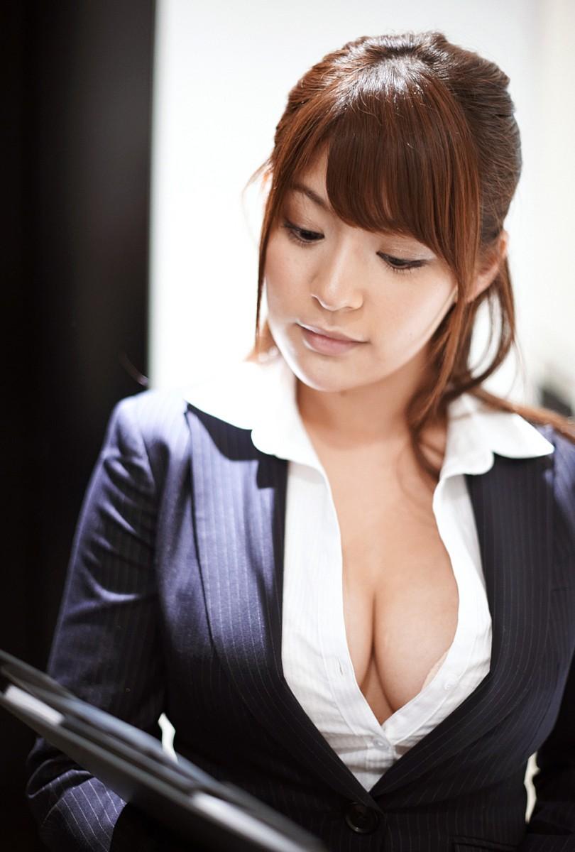 【OL胸チラエロ画像】これが婚期に焦るOLさんwwwwブラウスのボタン外して同僚を誘惑する胸元がやべぇwwww その8