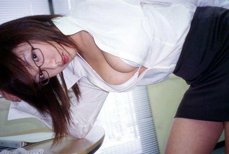 【OL胸チラエロ画像】これが婚期に焦るOLさんwwwwブラウスのボタン外して同僚を誘惑する胸元がやべぇwwww その11