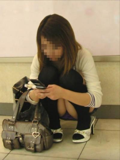 【しゃがみパンチラエロ画像】今どきの若い娘っ子はパンツ見られても平気なの?街中でしゃがみパンチラしてる女の子が痴女レベルなんだがwww その1