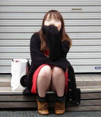【しゃがみパンチラエロ画像】今どきの若い娘っ子はパンツ見られても平気なの?街中でしゃがみパンチラしてる女の子が痴女レベルなんだがwww その4