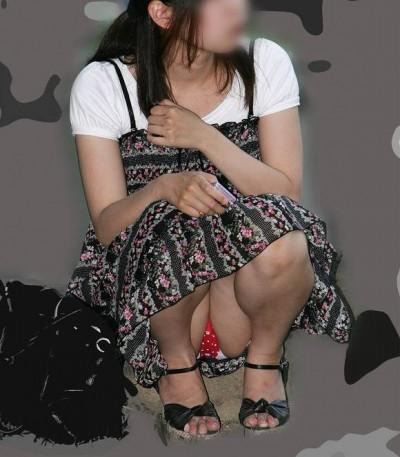 【しゃがみパンチラエロ画像】今どきの若い娘っ子はパンツ見られても平気なの?街中でしゃがみパンチラしてる女の子が痴女レベルなんだがwww その9