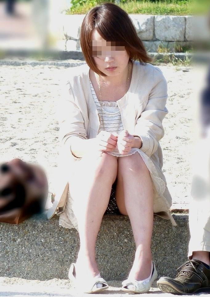 【しゃがみパンチラエロ画像】今どきの若い娘っ子はパンツ見られても平気なの?街中でしゃがみパンチラしてる女の子が痴女レベルなんだがwww その11