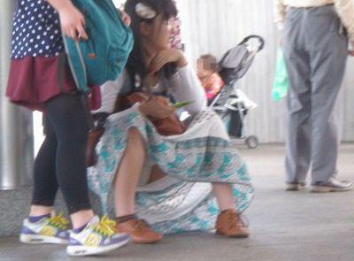 今どきの若い小娘っ子はパンツ見られても平気なの?街中でしゃがみパンツ丸見えしてる女子が痴ジョレベルなんだがwwwwww