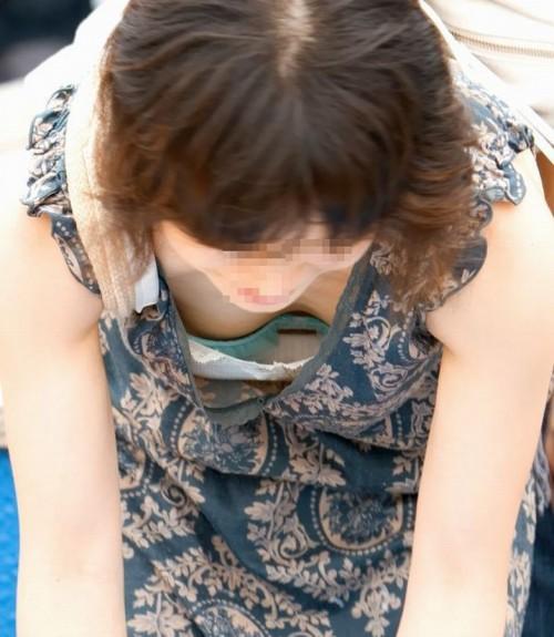 【胸チラ盗撮エロ画像】おねーさん、ガバガバ過ぎぃwwwガン見不可避!素人娘の胸チラがコチラ! その10