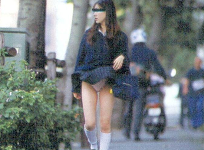 春一番が待ちきれない☆芸術レベルでパンツ丸見えしちゃう女子●生wwwwwwww