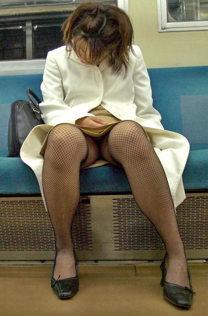 【電車内盗撮エロ画像】OLさんのパンチラが真正面から堂々と覗ける電車内…ムレた股間がぐぅエロwwww その2