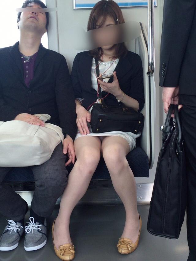 【電車内盗撮エロ画像】OLさんのパンチラが真正面から堂々と覗ける電車内…ムレた股間がぐぅエロwwww その7