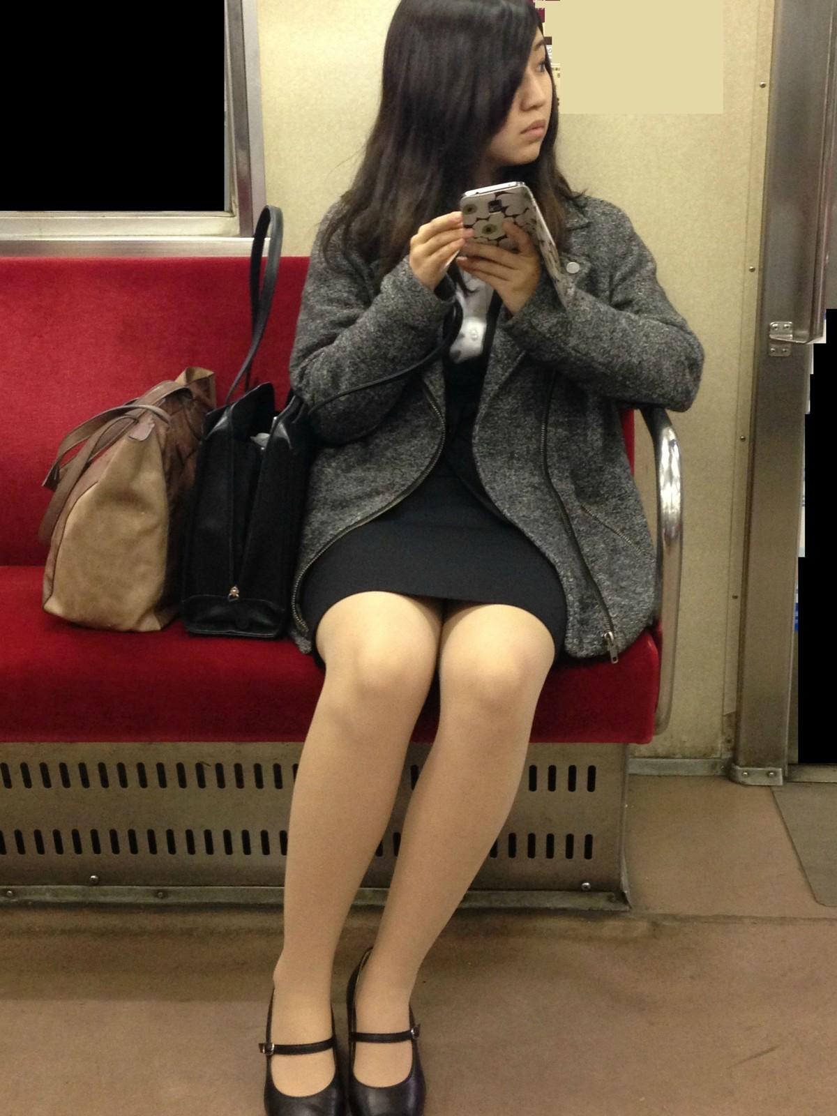 【電車内盗撮エロ画像】OLさんのパンチラが真正面から堂々と覗ける電車内…ムレた股間がぐぅエロwwww その8
