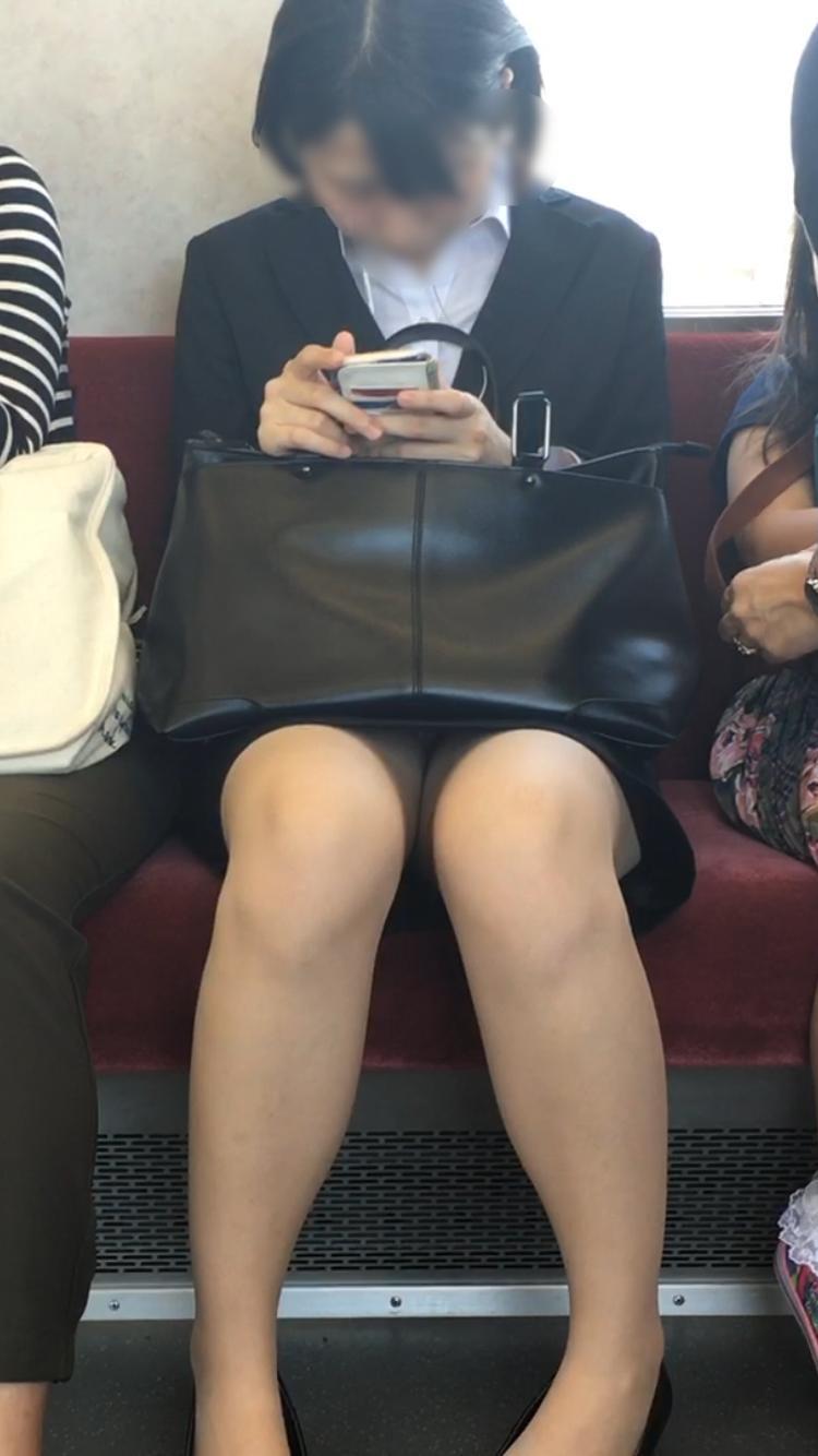 【電車内盗撮エロ画像】OLさんのパンチラが真正面から堂々と覗ける電車内…ムレた股間がぐぅエロwwww その9